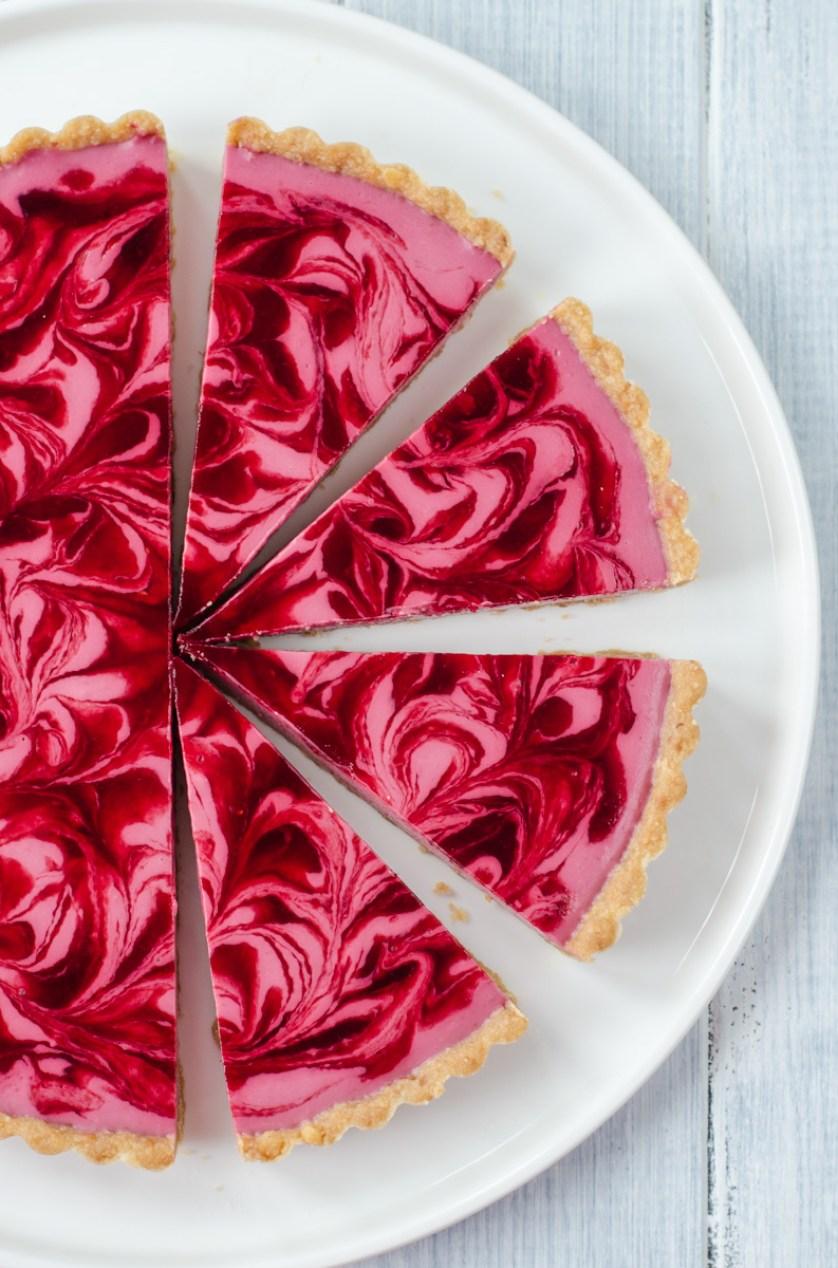 Nepečený malinový cheesecake s mramorováním je nejen láskou na první pohled, ale i na první zakousnutí, jde o takové sladké letní pokušení.