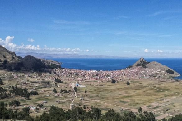 Copacabana ležící ve výšce 3800 u břehu jezera Titicaca je místem, kde se potkávají místní s turisty i poutníky z celého světa.