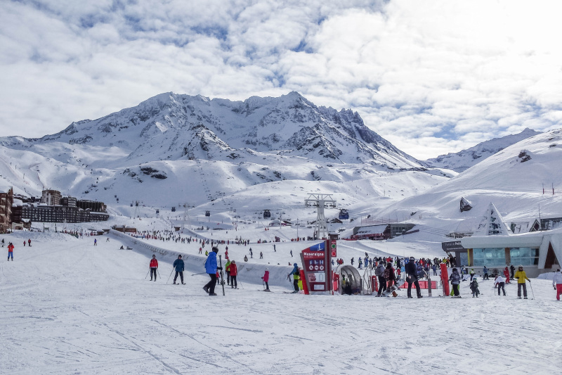 Looking for an inspiration for winter holidays? Here why you should go skiing in Les Trois Vallées in France, the largest single ski pass area in the world!