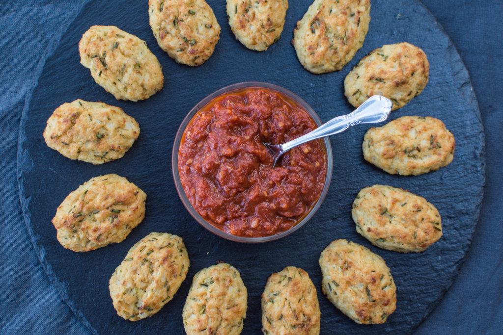 Květákové krokety se sýrem alias chutné měkké krokety z povařeného květáku se směsí parmezánu a gruyèru jsou nejlepší servírované s pikantní rajskou salsou.