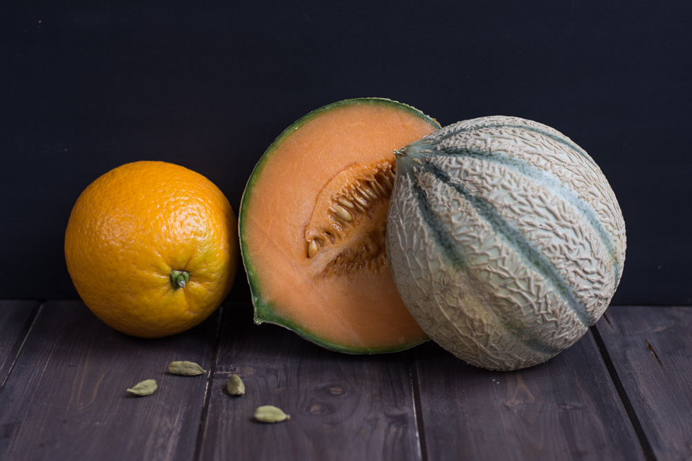 Melounovo-pomerančový džems kardamomem vás nadchne. Kombinace sladkého melounuCharentais, kousků bio pomeranče a kardamomu je naprosto dokonalá.