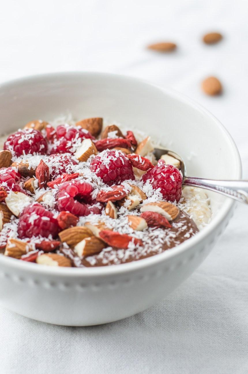 Ovesná mandlovo-kakaová kaše s malinami, goji a kokosem jednak plní funci toho pořádnéhoh paliva na start dne a zároveň je nesmírně chutná! Navíc o obsahuje také velký podíl vlákniny, vitamínů a minerálů.