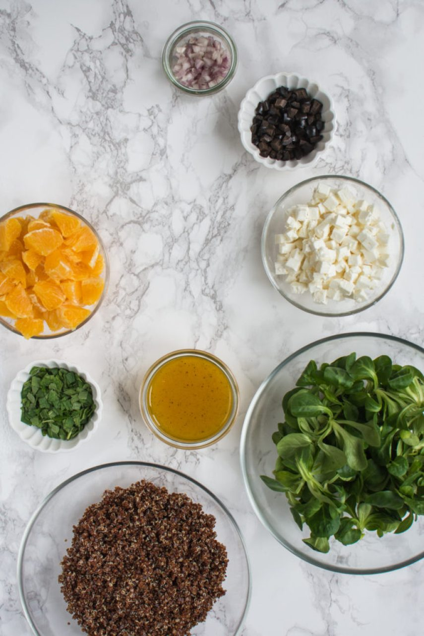 Tenhle salát zquinoy spomerančem, fetou a mátou dělám už nějaký ten pátek a milujeme ho. Kombinace pomeranče, fety, máty a oliv je dost zajímavá a dodává salátu příjemnou svěží chuť.