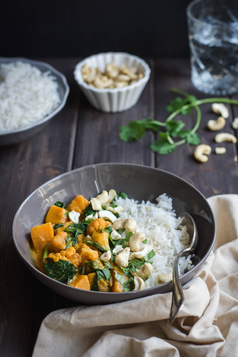 This Butternut Squash, Cauliflower & Spinach Red Curry now belongs to our favorite autumn meals. Here is the recipe and I hope that you will indeed enjoy it like us!