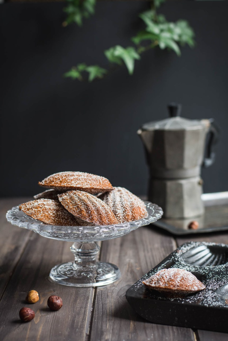 Today I share with you my favorite Hazelnut Praliné Madeleines, small French sponge cakes, soft and moist with hazelnut texture and praliné aroma.