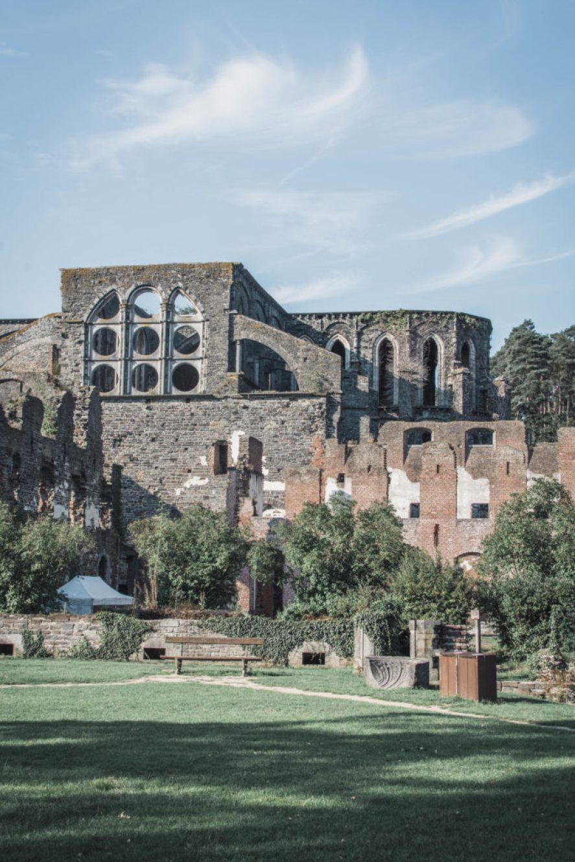 Když jsem byla v Louvain-la-Neuve na Erasmu a jezdila vlakem na letiště v Charleroi, vyhlížela jsem po cestě krásné ruiny opatství ve Villers-la-Ville.