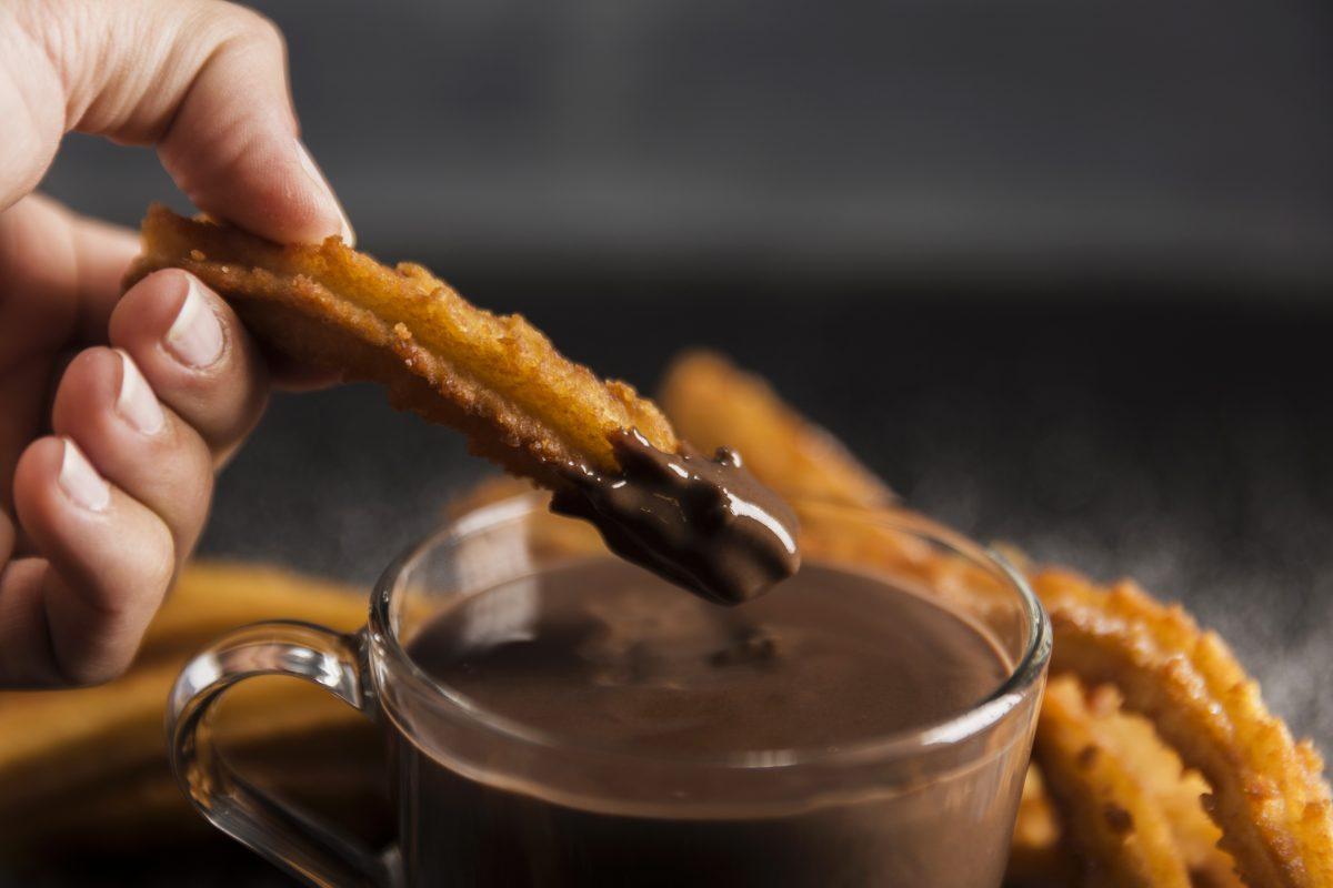 churros-com-calda-de-chocolate