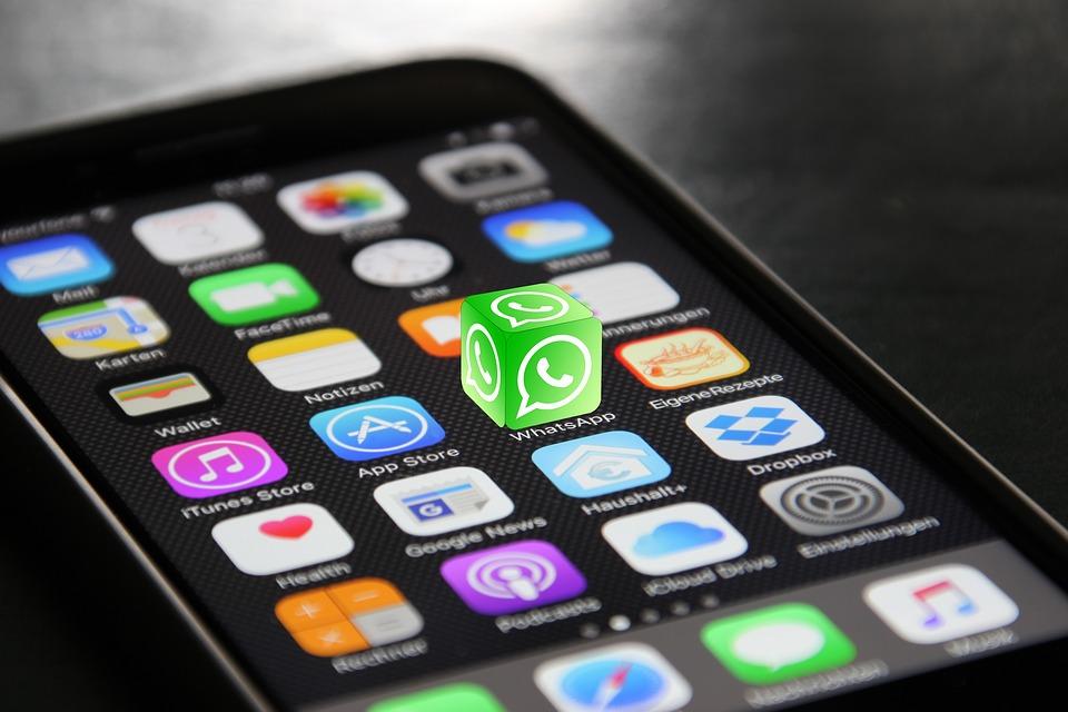 Celular com aplicativo de Whatsapp