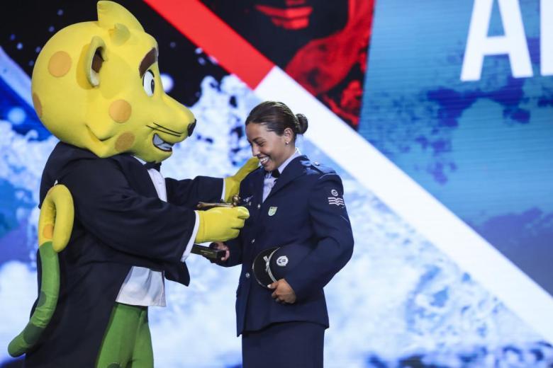 Ana Sátila recebendo prêmio nas Olimpíadas