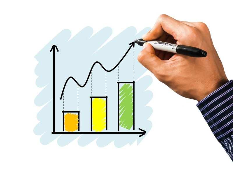 Mão desenhando um gráfico de investimento