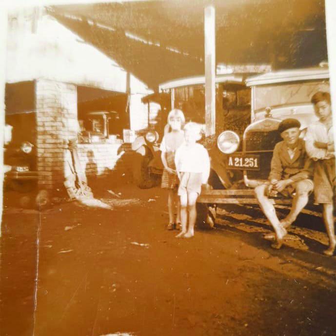 """Na foto, da década de 1930, três veículos """"pé de bode"""" na garagem da casa da família Schinke. Os carros eram utilizados para levar turistas às Cataratas. (Foto: acervo pessoal de Vilmar Schinke)"""