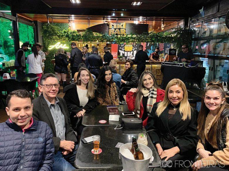 Grupo 100fronteiras em noite de inauguração do Tikibar Foz