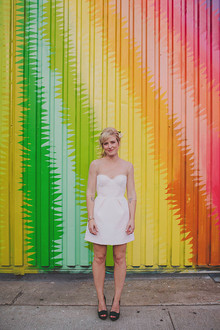 Noiva com colorido pano de fundo