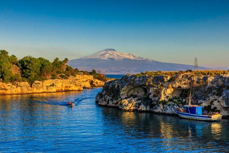 Canale con vista sull'Etna