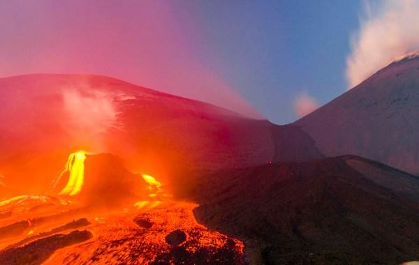 Etna, eruzione alla base dei crateri smmitali