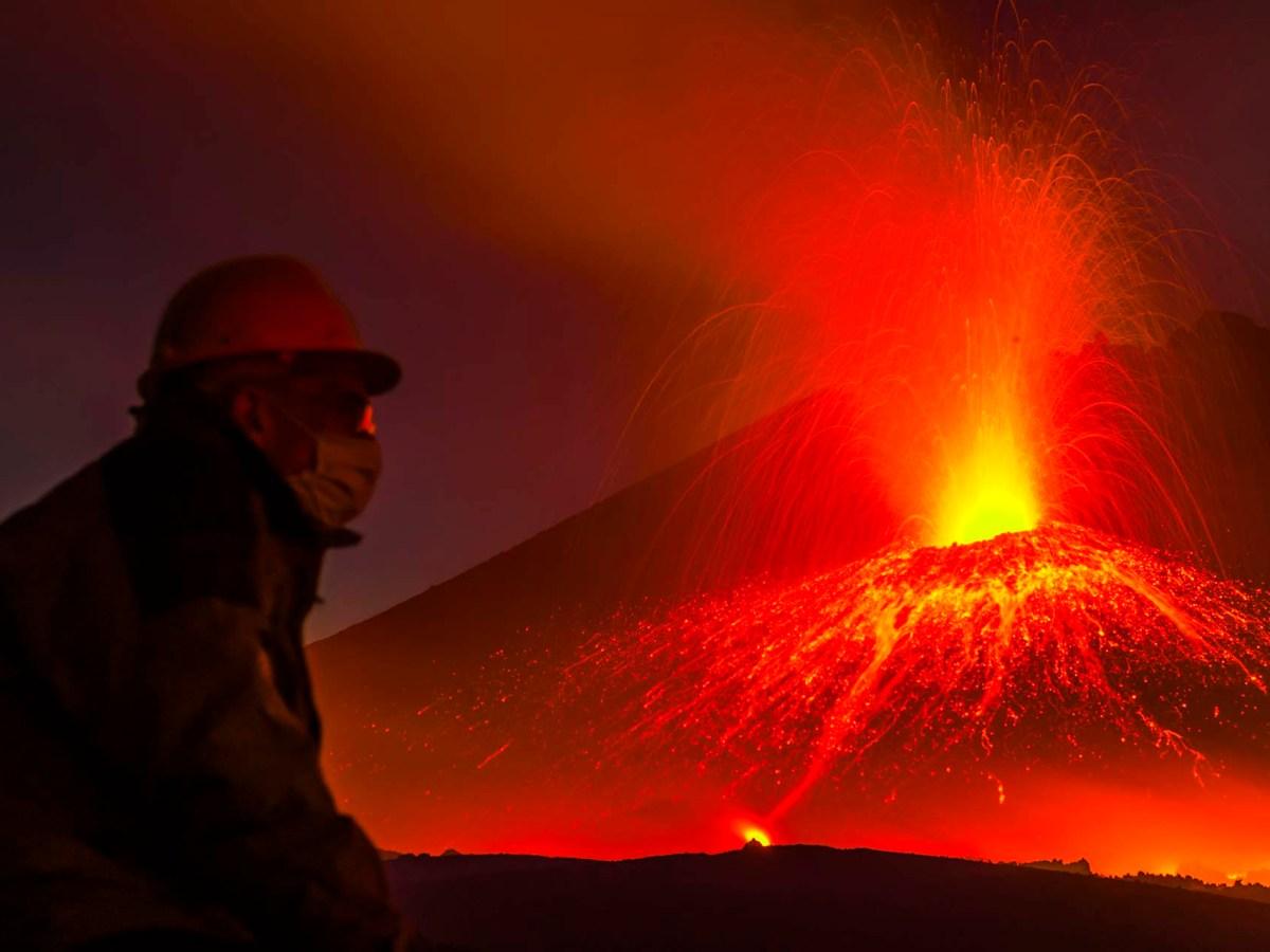 Etna, eruzione del 2006 nella parete est del cratere di sud est