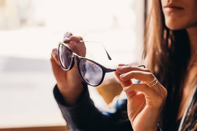 眼鏡を持つ女性