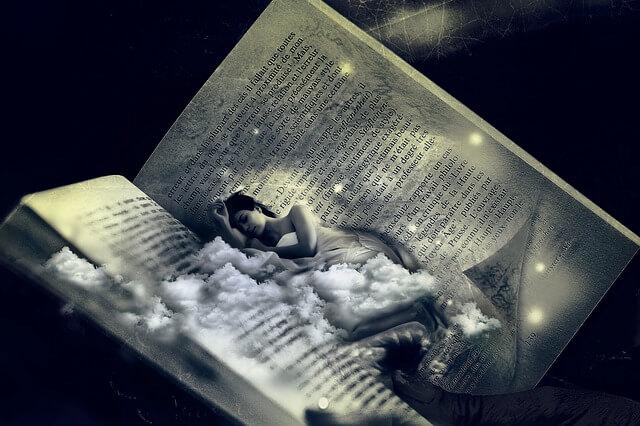 本で眠る女性