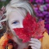 紅葉越しに微笑む少女