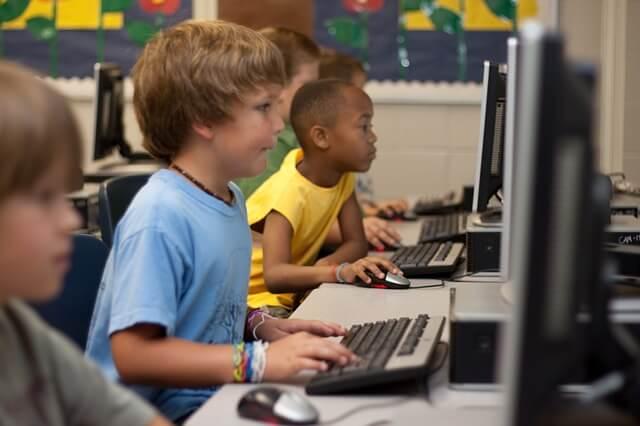 プログラミングをする子供たち