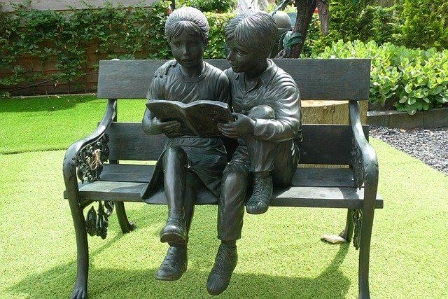 読書をする石像たち