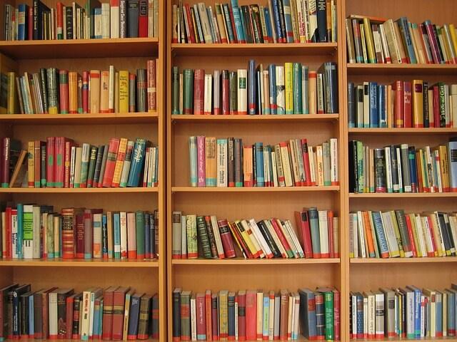 本棚とたくさんの本