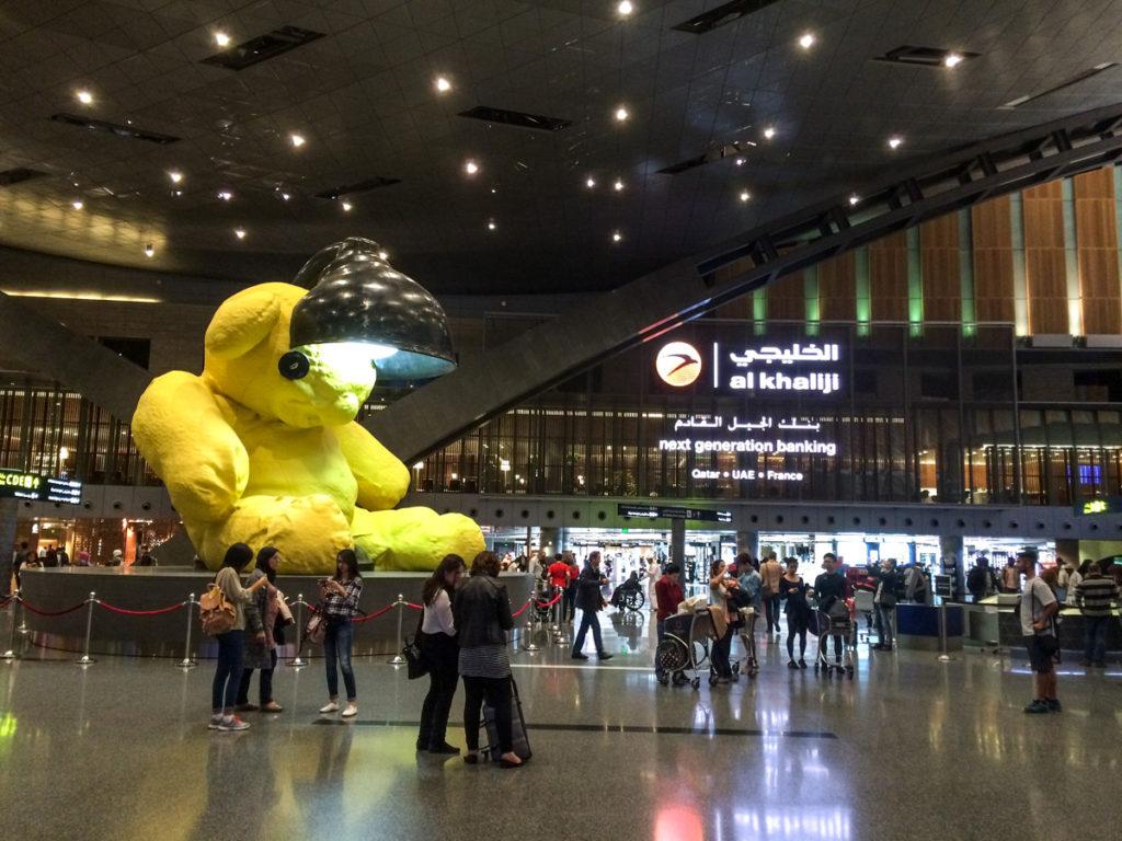 miś na lotnisku w Doha