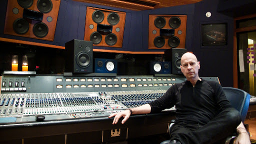 Gareth Jones w studio.