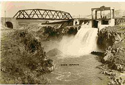 250px-PikiWiki_Israel_6928_Yarmouk_Lake_Dam_power_plant_near_naharyim (1)