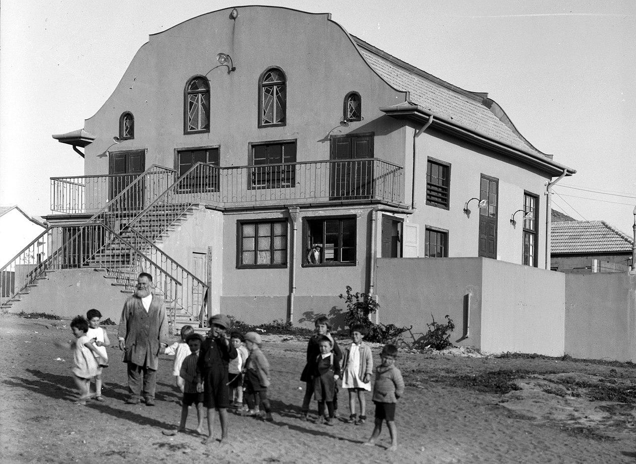 1280px-Bnai_Brak._The_synagogue._1920-1933._matpc.02675