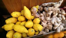 Etrogim_and_ginger_rhizomes_at_Mahane_Yehuda_Market,_Jerusalem