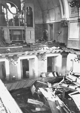 Interior_of_the_Zerrennerstrasse_synagogue_after_its_destruction_on_Kristallnacht-97573