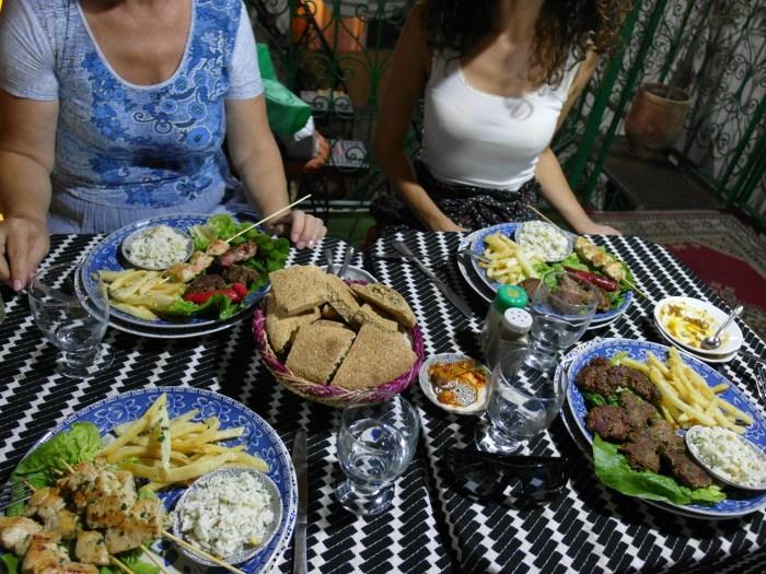 вечеря с местни вкусотии в ресторант Nagham Cafe във Фес, Мароко