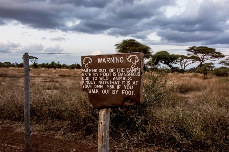 Табелката на изхода от Кибо Сафари Камп, Амбосели, Кения