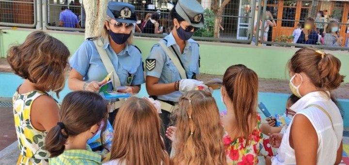 Ενημερωτικά φυλλάδια διένειμαν τροχονόμοι σε γονείς και μαθητές δημοτικών σχολείων στη Κρήτη