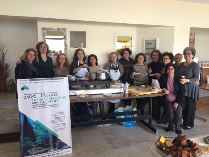 όσες κυρίες βοήθησαν στη πρώτη εκδήλωση στην Ελούντα