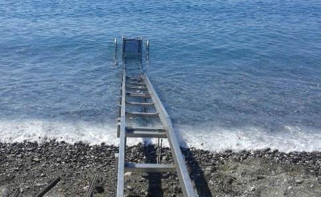 με τη ράμπα αυτή μπορεί να μπει στη θάλασσα άτομο με αναπηρία