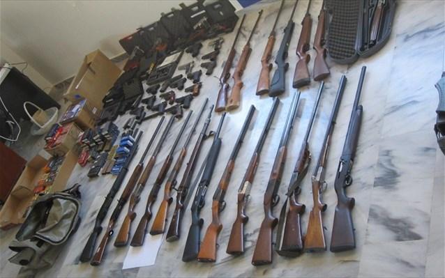 Κατασχέθηκαν -μεταξύ άλλων- 45 πιστόλια, 9 πολεμικά τυφέκια, 3 χειροβομβίδες, 22 καραμπίνες-κυνηγητικά όπλα και πάνω από 26.000 φυσίγγια