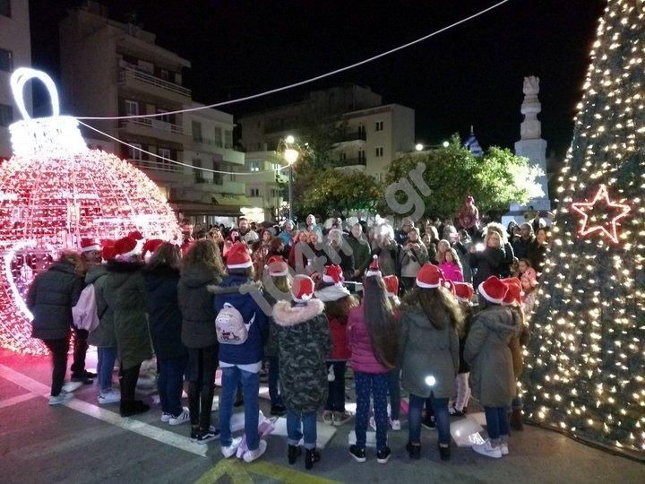Άναψαν τα φώτα στο Χριστουγεννιάτικο δένδρο