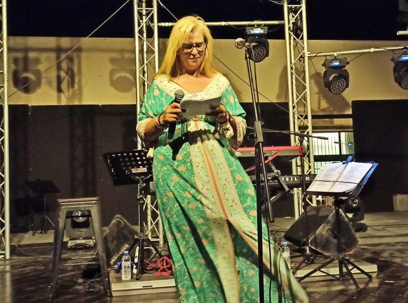 Με την συναυλία της Γιώτα Νέγκα πάνω σε τραγούδια με ποίηση Ευτυχίας Παπαγιαννόπουλου ξεκίνησαν οι πολιτιστικές εκδηλώσεις Κύρβεια 2021στην Ιεράπετρα. Ο κόσμος πολύς στο χώρο του παραλιακού σχολικού συγκροτήματος διψασμένος για αυτού του είδους εκδηλώσεις, διψασμένος για μουσική, για να τραγουδήσει, κατέκλυσε το χώρο και για δύο περίπου ώρες άκουσε σιγοτραγούδησε μαζί με τη Γιώτα Νέγκα τραγούδια της Ευτυχίας Παπαγιαννοπούλου σε μελοποιήσεις πολλών συνθετών. Η δουλειά αυτή της Γιώτας που περιοδεύει την Ελλάδα στήθηκε από τη Λίνα  Νικολακοπούλου η οποία  επιμελήθηκε, διάλεξε και έβαλε σε τάξη το υλικό. Θυμηθήκαμε μαζί με τη Γιώτα Νέγκα τραγούδι όπως πάρε το δάκρυ μου, τι έχει και κλαίει το παιδί, αντιλαλούνε τα βουνά, είμαι αητός χωρίς φτερά....