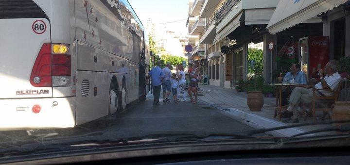 λεωφορείο στη μέση του δρόμου, συνήθεια και ανοχή;
