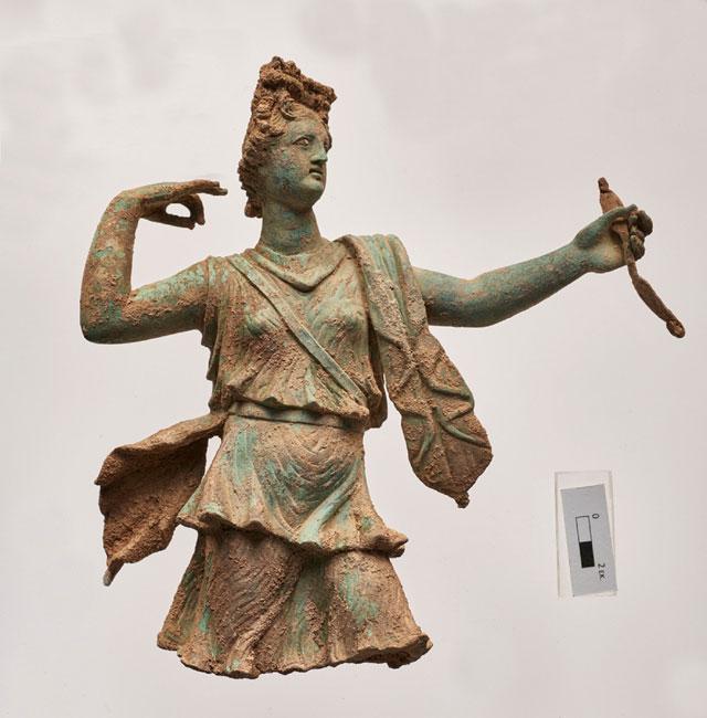 Πρόκειται για σύνταγμα γλυπτών, μικρού μεγέθους, της Αρτέμιδος και του Απόλλωνος