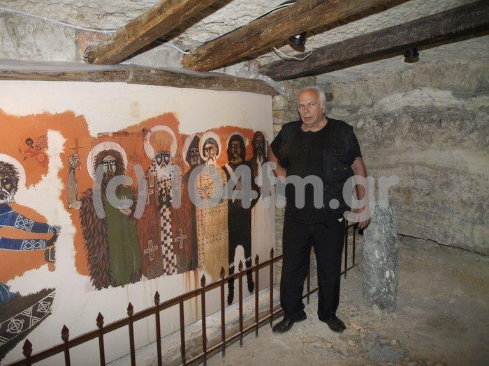 ο Νίκος Κούνδουρος μπροστά σε ένα από τα έργα του