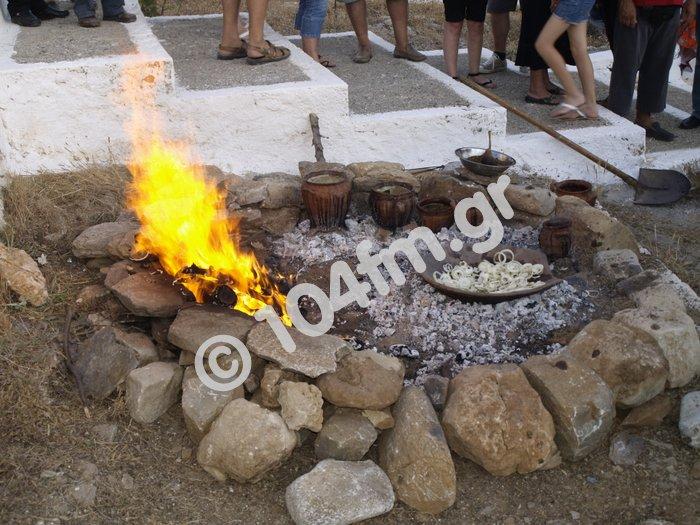 η φωτιά είναι έτοιμη να δεχτεί τα διάφορα σκεύη
