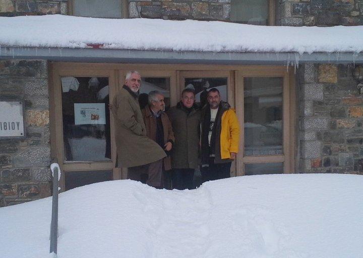 στο δημαρχείο στο Τζερμιάδων, πίσω από βουνό χιόνι
