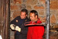 Πυροσβέστες περιεργάζονται τα καλώδια