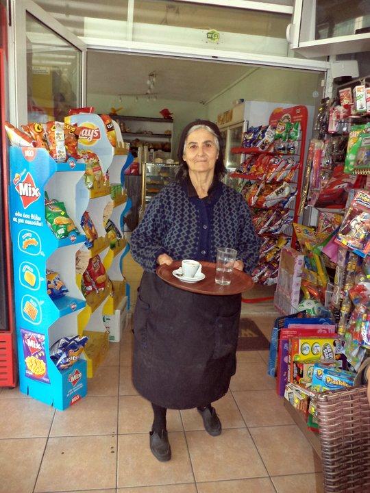 η κυρία Μαρία σερβίροντας τον καφέ
