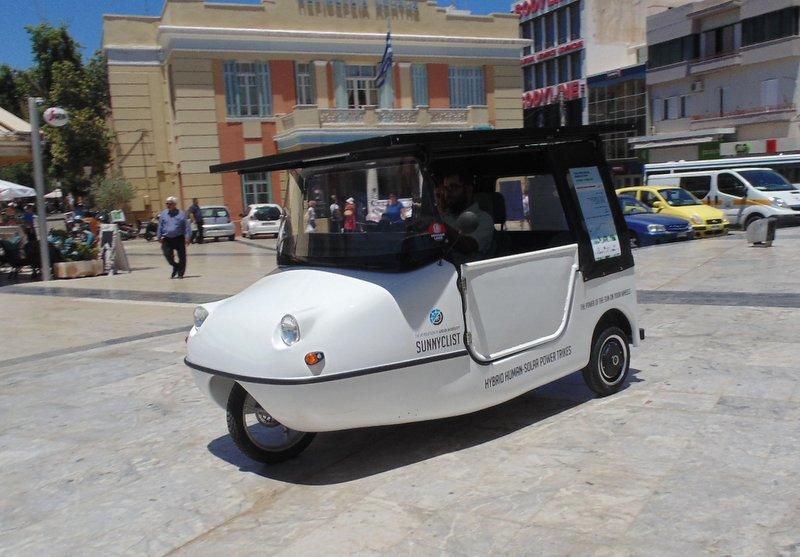 το ηλιακό όχημα sunnyclist, έξω από τη Περιφέρεια Κρήτης στο Ηράκλειο