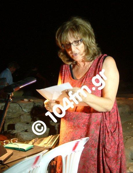 η Πόπη Δασκαλάκη, διαβάζει διαματρυρία για το νοσοκομείο σε εκδήλωση στα Γουρνιά