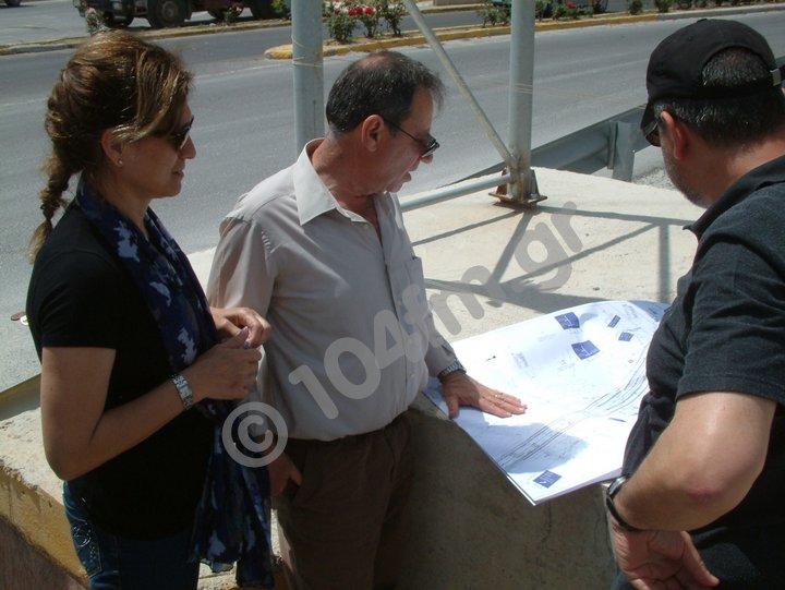 η αντιδήμαρχος Αφροδίτη Βαρκαράκη με τα στελέχη του ΟΑΚ, εξετάζοντας τα σχέδια του κόμβου